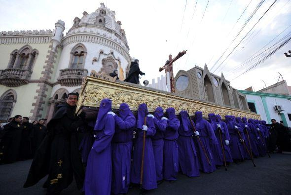 Cientos de personas desfilan por las calles de Tegucigalpa, Honduras.