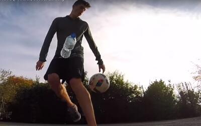 Un aficionado al fútbol sorprende por sus habilidades con una botella de...
