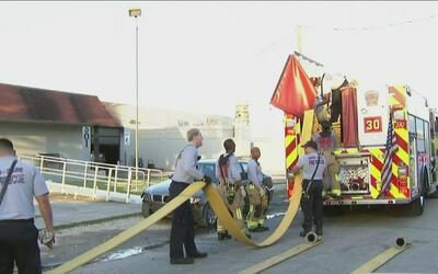 Bomberos controlaron incendio en una zona de almacenes y negocios en el...