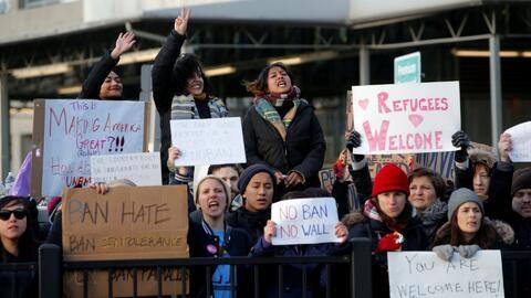 De los aeropuertos a la calle: crece apoyo a inmigrantes musulmanes tras...