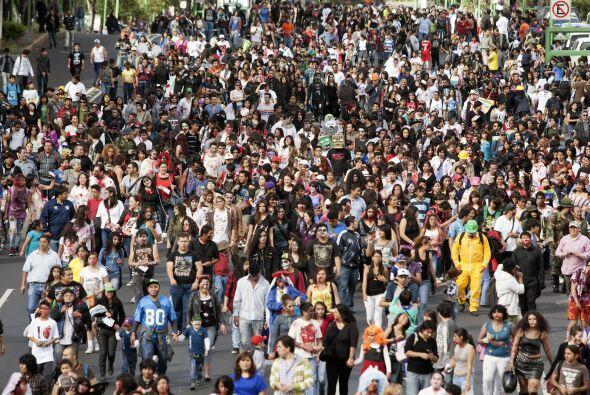 Muchos zombies se sumaron al contingente durante el recorrido.