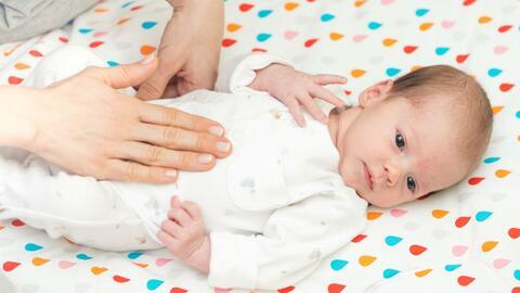 ¿Cómo calmar los cólicos en los bebés?