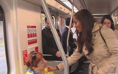 La Reina de las Rosas y su corte real viajan en el Metro Rail para promo...