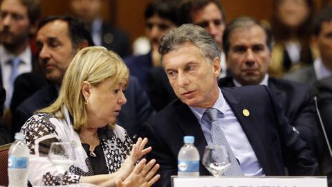 El presidente de Argentina Mauricio Macri escucha a su ministra de Relac...