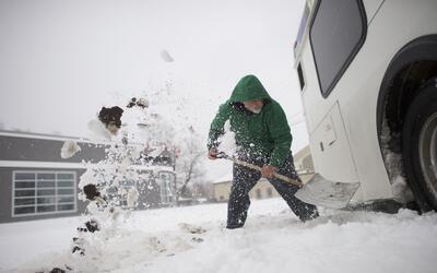 Blaine Webb, de 52 años, saca la nieve de un autobús en Sp...