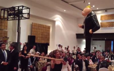 Senadora del PRD golpeando la piñata de Trump