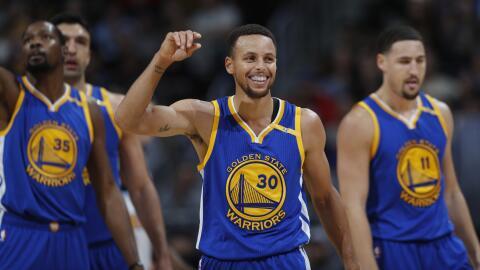 Stephen Curry  anotó 33 puntos.