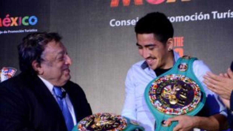 José Sulamán otorga el cinturón de caméon mundial supergallo a Leo Santa...