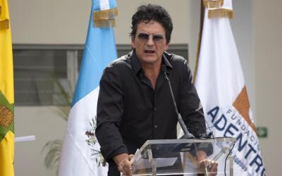 Ricardo Arjona en la inauguración de su primera escuela en Guatemala.