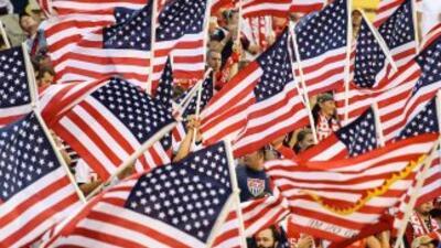Miles de fanáticos estadounidenses abarrotaron el Crew Stadium en Columb...