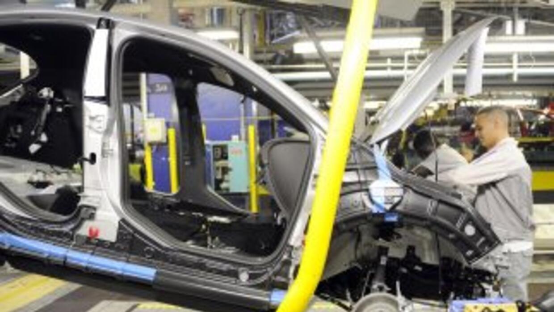 Peugeot anunció que recortará 8 mil empleos y para 2014 cerrará una plan...