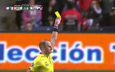 Tarjeta amarilla. El árbitro amonesta a Ronaldo Córdoba de Panamá