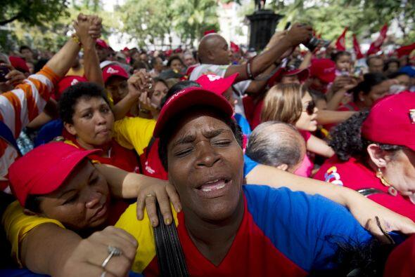 Mientras que en las calles venezolanas, los simpatizantes del presidente...
