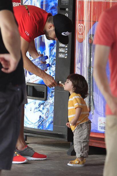 No cabe duda que es un desastre comiendo helado, Milan se embarró...