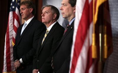 Los senadores republicanos Jeff Flake (izq) y Lindsey Graham, a su lado,...