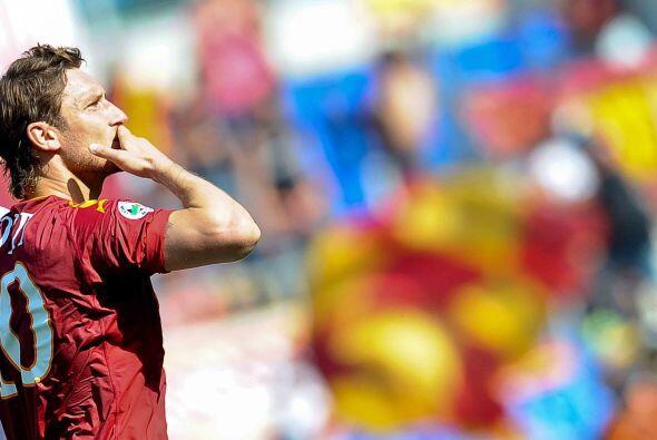 Seis minutos después, Francesco Totti se echó el equipo al hombro y conv...