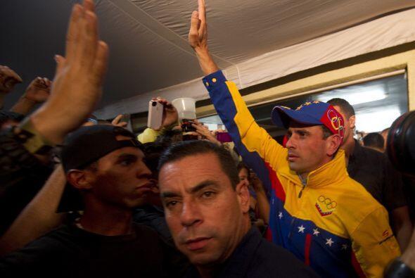 Esperado por una multitud que cerró una calle, Capriles, de 40 a&...