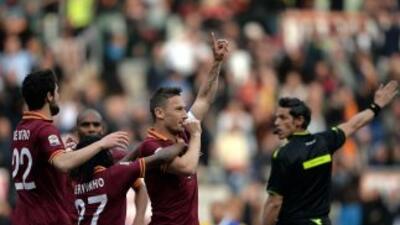 'Il Capitano' Totti se unió a los goleadores romanos.
