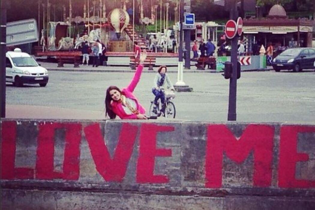 Love Me... es todo lo que pide Vanessa.