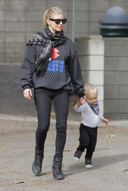 Fergie lo tomaba de la mano durante su paseo.