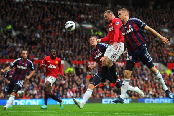 Este cabezazo de Rooney fue el primer gol del partido, aunque lo anot&oa...