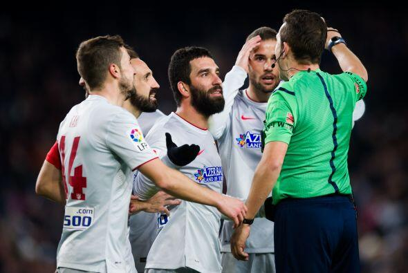 Entonces al minuto 83 el árbitro central marcó una falta de Godín y Juan...
