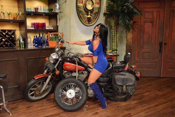 Imaginó que un guapo galán la llevaba a pasear sobre la moto