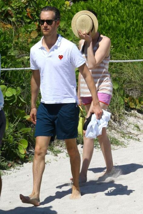 Adam decidió emprender marcha rumbo a la playa llevando de la mano a Ann...