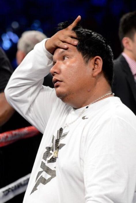 El team Pacquiao no podía creer lo que escuchaba. Bradkey ganaba por dec...