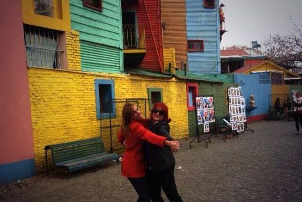 Aquí Lili con Lucía Galán, integrante de Pimpinela.