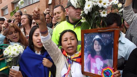 Un grupo de personas acompaña el féretro de la niña Yuliana Andrea Sambo...