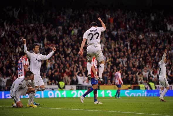 Poco después Xabi Alonso empujó con la cabeza otro cabezazo de Ronaldo,...