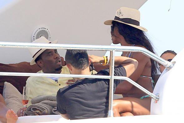 A sus 44 años, la supermodelo presume su buen físico en bikini, a bordo...