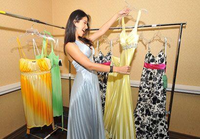 Y cada chica tiene la oportunidad de revisar los vestidos y ver cuál le...