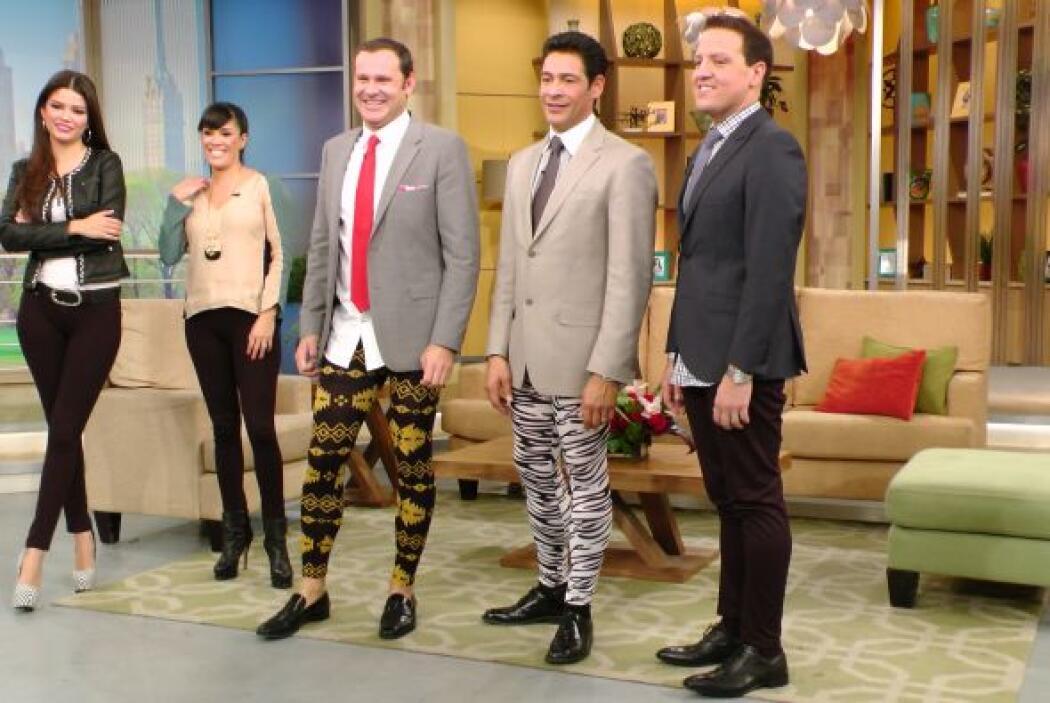 Las licras dejaban ver las nada torneadas piernas de los presentadores.