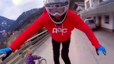 En esta sesión de MTB, el rider austríaco Fabio Wibmer se balancea sobre...