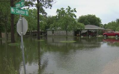 Fuertes lluvias causan inundaciones en el condado de Galveston