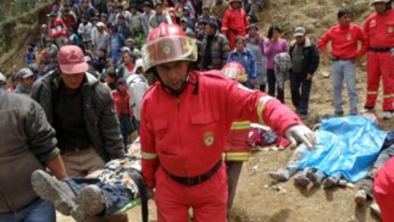 Un autobús cayó en un abismo en Perú dejando un saldo de al menos 20 mue...