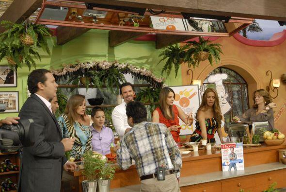 Cuando está lista la comida todos se reúnen para felicitar a Oropeza