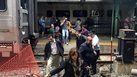 Pasajeros evacuando en la estación de trenes de Hoboken.