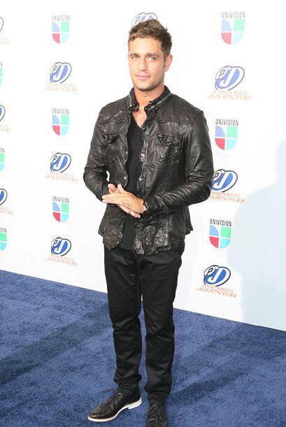 Así lo encontramos en la alfombra azul de Premios Juventud, con chaqueta...