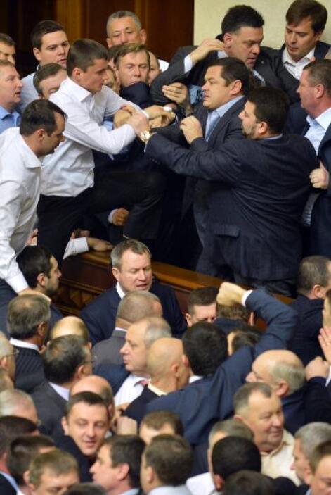 Parlamento unicameral de Ucrania estrenó hoy su séptima legislatura con...
