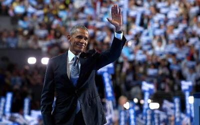 El presidente Barack Obama saluda a los delegados en la Convención Nacio...