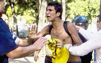 Marco Coello al ser detenido en Caracas, el 12 de febrero de 2014.