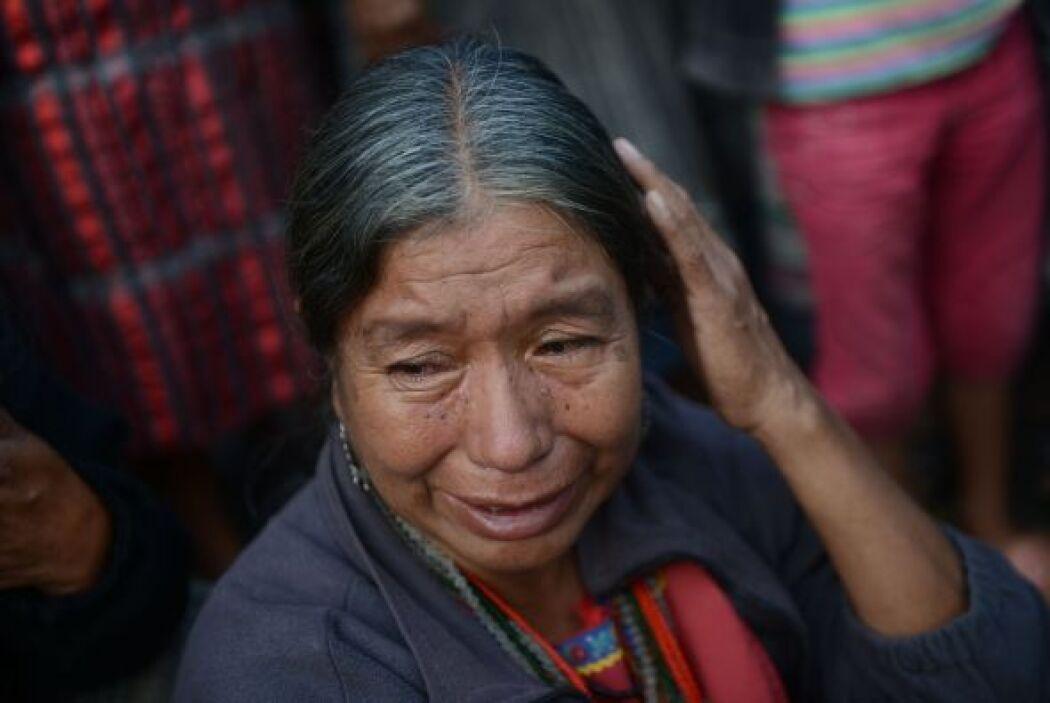 Hombres y mujeres indígenas lloraron en el lugar por la matanza.