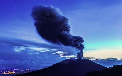Impresionantes imágenes del volcán Turrialba en Costa Rica haciendo erup...