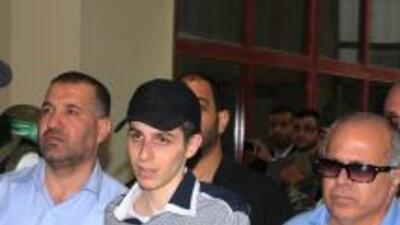 El soldado israelí Gilad Shalit es escoltado por oficiales de inteligenc...