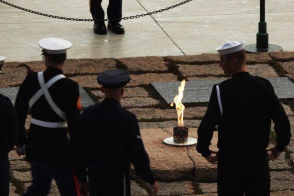 También visitaron el lugar, donde arde una llama eterna, el secre...