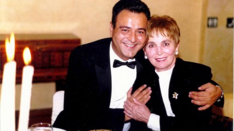 El conductor de Noticias 41 Jorge Núñez posa junto a su mamá Lilly.
