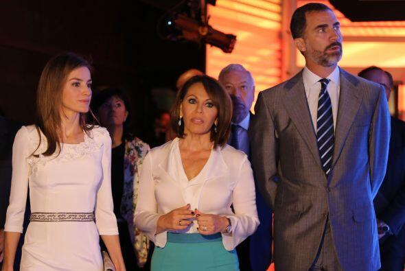 La princesa Letizia, Maria Elena Salinas y Felipe de Borbón ingresan a u...